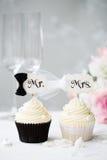 Bruid en bruidegom cupcakes Stock Foto