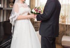 Bruid en bruidegom de champagneglazen van het holdingshuwelijk Royalty-vrije Stock Afbeelding