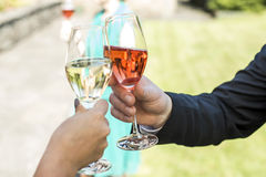 Bruid en bruidegom de glazen van het holdings prachtig huwelijk met de toost van de open vlakte mousserende wijn royalty-vrije stock foto