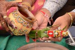 Bruid en Bruidegom de Indische Rituelen van Perfoming voor Huwelijk Royalty-vrije Stock Fotografie