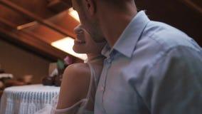 Bruid en bruidegom in de zolderkoffie stock video