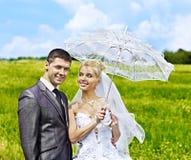 Bruid en bruidegom de zomer openlucht. Stock Foto's