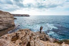 Bruid en bruidegom dichtbij de oceaan Stock Foto's