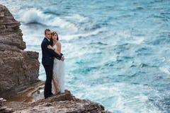 Bruid en bruidegom dichtbij de oceaan Stock Fotografie