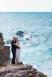 Bruid en bruidegom dichtbij de oceaan royalty-vrije stock foto's