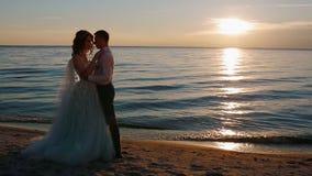 Bruid en bruidegom dichtbij het overzees stock video