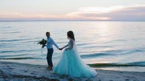 Bruid en bruidegom dichtbij het overzees stock videobeelden