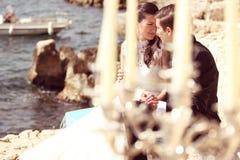 Bruid en bruidegom dichtbij oceaan Stock Foto's