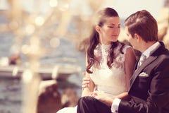 Bruid en bruidegom dichtbij oceaan Stock Foto