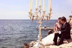 Bruid en bruidegom dichtbij oceaan Stock Fotografie