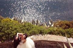 Bruid en bruidegom dichtbij oceaan Royalty-vrije Stock Foto's