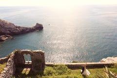 Bruid en bruidegom dichtbij oceaan Stock Afbeelding