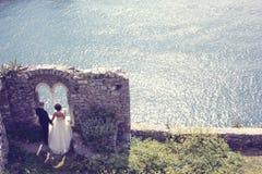 Bruid en bruidegom dichtbij oceaan Royalty-vrije Stock Afbeeldingen