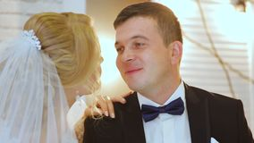 Bruid en bruidegom dichtbij venster Herinner deze dag, schat Bent klaar u stock video