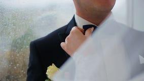 Bruid en bruidegom dichtbij venster Herinner deze dag, schat Bent klaar u stock videobeelden