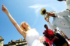 Bruid en bruidegom die aan het ritme van trompet dansen Royalty-vrije Stock Foto's