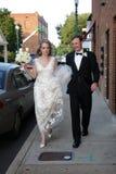 Bruid en Bruidegom die aan Ontvangst lopen Stock Afbeeldingen
