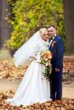 Bruid en Bruidegom die bij huwelijksdag in openlucht op de lenteaard lopen Bruids paar, Gelukkige Jonggehuwdevrouw en man die in  Stock Fotografie