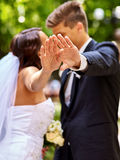 Bruid en bruidegom die bloem geven openlucht Royalty-vrije Stock Fotografie