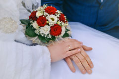 Bruid en bruidegom die bruids boeket dicht tegenhouden Stock Foto