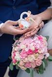 Bruid en bruidegom die bruids boeket houden Royalty-vrije Stock Foto