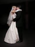Bruid en bruidegom die in dark dansen stock afbeeldingen