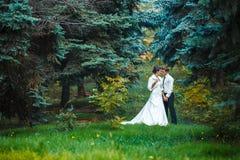Bruid en bruidegom die in de aardzomer lopen royalty-vrije stock afbeelding