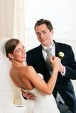 Bruid en bruidegom die de eerste dans dansen Stock Foto's
