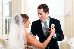 Bruid en bruidegom die de eerste dans dansen Royalty-vrije Stock Foto