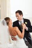 Bruid en bruidegom die de eerste dans dansen Royalty-vrije Stock Foto's
