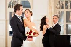 Bruid en bruidegom die de eerste dans dansen Royalty-vrije Stock Afbeeldingen
