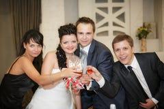 Bruid en bruidegom die door vriend worden gezegend stock fotografie