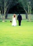 Bruid en bruidegom die, dwarsproces, onduidelijk beeld weggaan Stock Foto's