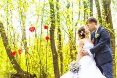 Bruid en bruidegom die een romantisch ogenblik op hun huwelijksdag hebben openlucht Stock Afbeelding