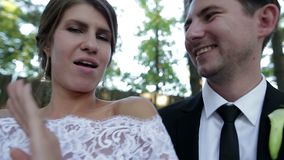 Bruid en bruidegom die een selfie nemen POV van leuk huwelijkspaar stock footage