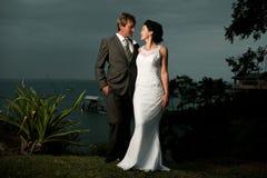 Bruid en Bruidegom die elkaar bekijken Royalty-vrije Stock Afbeelding