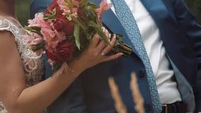 Bruid en Bruidegom die elkaar koesteren stock video