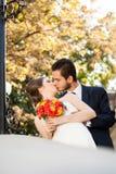 Bruid en bruidegom die elkaar kussen Stock Fotografie