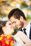 Bruid en bruidegom die elkaar kussen Royalty-vrije Stock Foto's