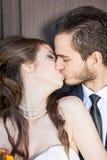 Bruid en bruidegom die elkaar kussen Stock Afbeelding
