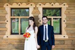 Bruid en bruidegom die en elkaar houden hand lachen Stock Fotografie