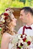 Bruid en bruidegom die fondly van elkaar kijken Stock Fotografie
