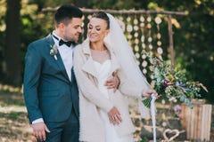 Bruid en bruidegom die in het de herfstbos lopen royalty-vrije stock afbeeldingen