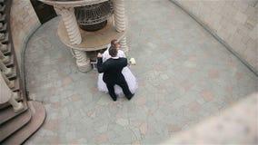 Bruid en bruidegom die in het mooie park dansen stock video
