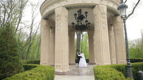 Bruid en bruidegom die in het mooie park dansen stock footage