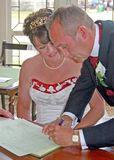 Bruid en Bruidegom die het register ondertekenen Stock Afbeeldingen