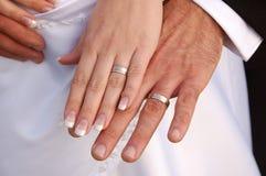 Bruid en bruidegom die hun trouwringen tonen Stock Foto