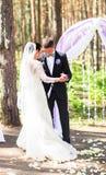 Bruid en bruidegom die, huwelijksceremonie in openlucht dansen Royalty-vrije Stock Fotografie