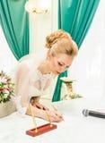 Bruid en bruidegom die huwelijksvergunning of huwelijkscontract ondertekenen Royalty-vrije Stock Foto