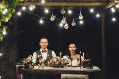 Bruid en bruidegom die Labrador koesteren bij huwelijksviering royalty-vrije stock afbeeldingen